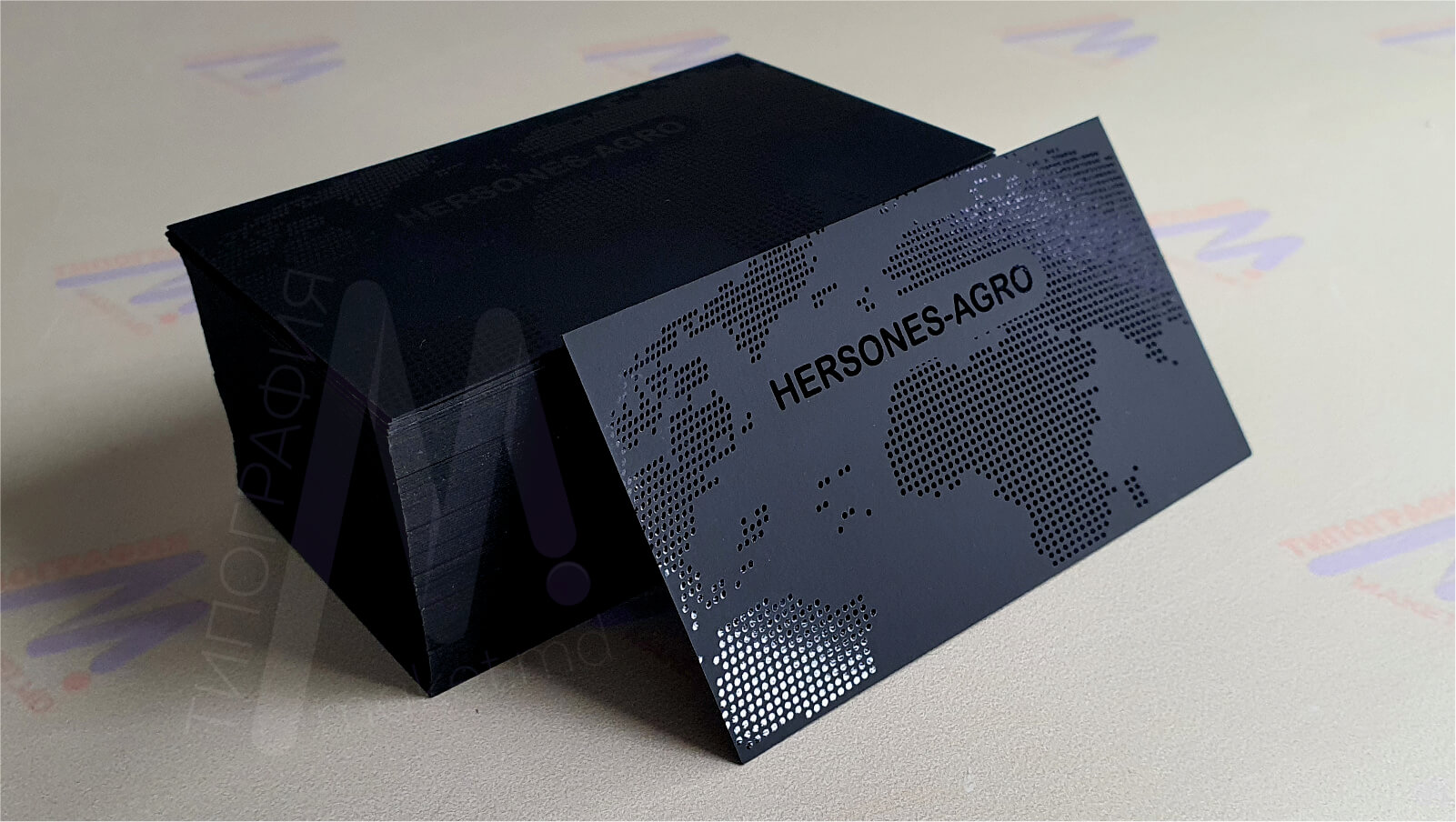визитки с выборочной лакировкой на черном картоне фото 1